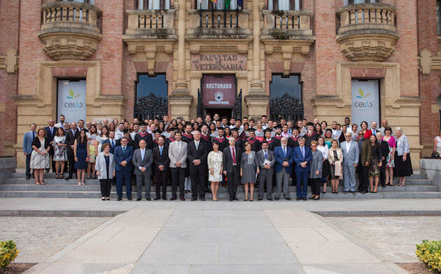 Foto de familia de graduados y profesores de la Facultad de Asambleas de Dios de La Carlota.,