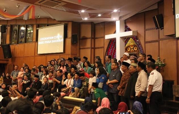 Gente de diversas instituciones e incluso religiones se reunieron en la Iglesia Cristiana de Indonesia (GKI) de Surabaya para recordar a las víctimas de los atentados del 13 de mayo. / Puertas Abiertas,