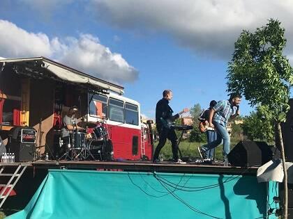Actuación de Alex Sampedro y su grupo en Festivalia.