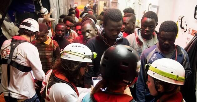 Algunas de las personas a bordo del Aquarius, este fin de semana. / Oscar Corral, El País,