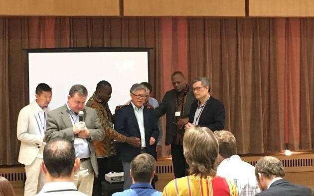Líderes cristianos de diferentes pares del mundo muestran su apoyo público y oran por el pastor Ezra en el reciente encuentro del Movimiento Lausana global en Wheaton (Estados Unidos), en junio de 2018. / Lausanne Movement,