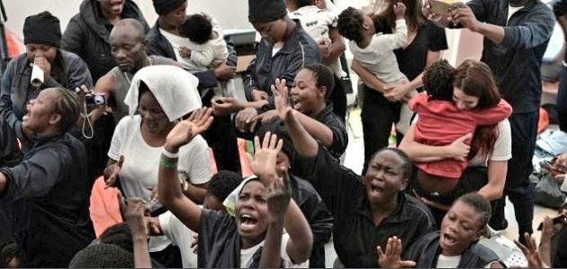 Algunas personas a bordo del Aquarius ha levantado sus manos en oración al llegar a Valencia, después de ocho días de travesía. / Levante ,