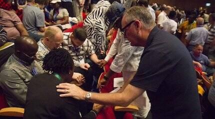 Momentos de oración durante el primer día de conferencia. / Fb Gafcon