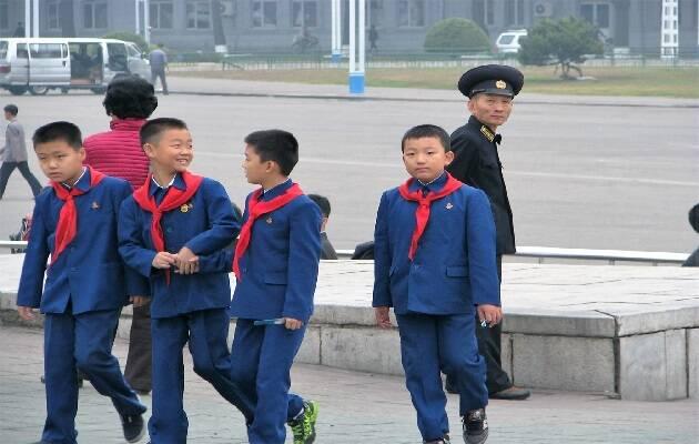 Niños y policía en las calles de Pyongyang, capital de Corea del Norte  / Puertas Abiertas,