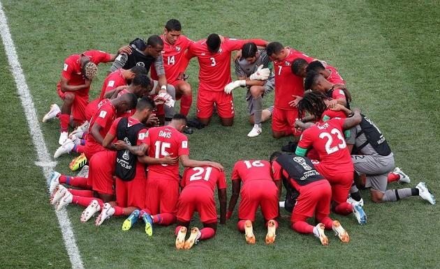 Los futbolistas de Panamá, todos de rodillas orando tras caer por 6-1 ante Inglaterra. / Reuters,