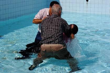 Un nuevo creyente siendo bautizado en un país de Oriente Medio /Puertas Abiertas