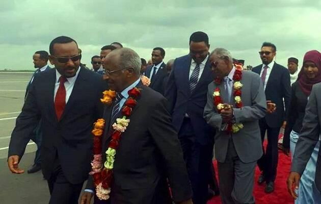 El primer ministro de Etiopía, Abiy Ahmed, recibe al ministro de Relaciones Exteriores de Eritrea, Osman Saleh, con un collar de flores. Es el primer encuentro entre autoridades de los dos países desde hace 20 años. / Facebook Abiy Ahmed,