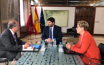 Ángel Zapata, en un anterior encuentro con las autoridades regionales. / CEMU