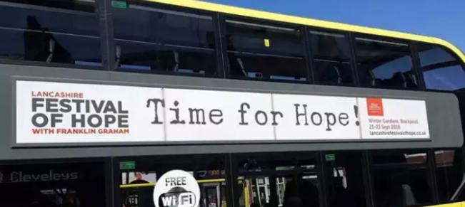 Uno de los autobuses de Blackpool Transport con la publicidad del Festival de la Esperanza. / Blackpool Gazette,