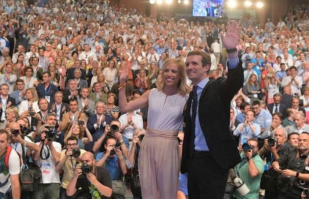 Pablo Casado junto a su esposa Isabel Torres tras ser proclamado presidente del PP en el congreso del partido. / Twitter Partido Popular,