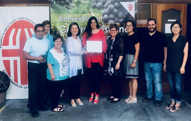 Miembros de la iglesia recibiendo el premio de la directora de la Fundación Pluralismo y Convivencia, Rocío López. / Centro Cristiano La Roca,