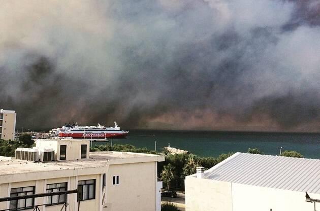 Imagen de los incendios forestales desde Rafina. / Facebook Y.Gardelis Jr.,