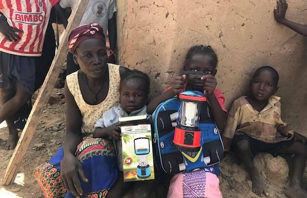Las lámparas solares son un recurso fundamental en lugares donde no hay electricidad. /Fb Cooperando con Burkina Faso,burkina faso cooperacion