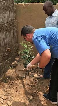 Plantando árboles moringa./ Fb Cooperando con Burkina Faso
