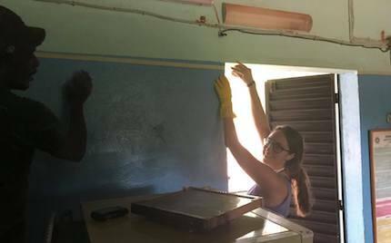 Los cooperantes ayudaron con reparaciones y pintando el hospital infantil./ Fb Cooperando con Burkina Faso