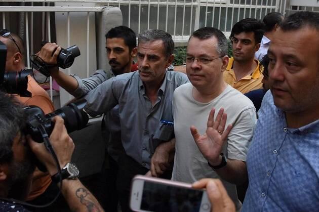 Brunson llegando a su casa, rodeado de una multitud de personas. / Agencias vía Preciosa Sangre Facebook,