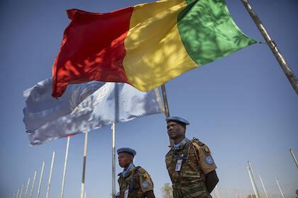 Soldados de la MINUSMA en una ceremonia para conmemorar a dos soldados de Chad, uno de los cuales falleció en un ataque de mortero en Aguelhok. / Sylvain Licheti-United Nations Photo, Flickr CC