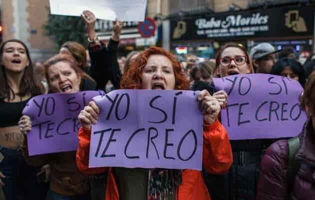 Mujeres manifestándose después de conocer la sentencia del caso, que no condenaba a los acusados por violación sino por abuso. / Facebook No es no,