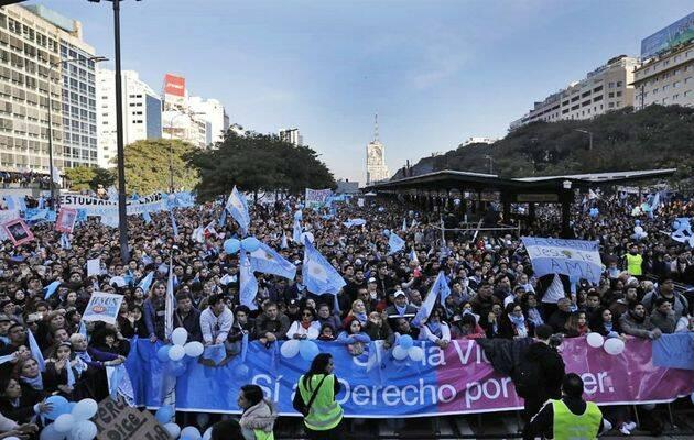 Según los organizadores, más de 650.000 personas marcharon este sábado por las principales vías de Buenos Aires manifestando su oposición al aborto. ,