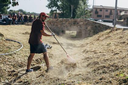 Un voluntario limpiando un camino de los alrededores del municipio. / Asociación Decisión