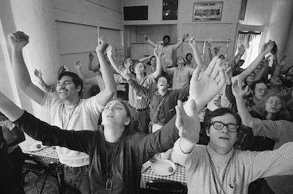 Los Niños de Dios nacen en 1968 como Adolescentes para Cristo en una misión que había fundado David Wilkerson en una playa de California.