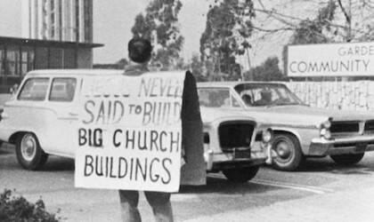 Protestando delante de la iglesia de Schuller, lo que luego será la Catedral de Cristal, después de echarlos del culto.