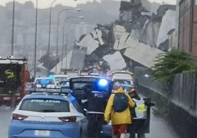 La autopista ha colapsado cuando una treintena de vehiculos atravesaba ese tramo del puente. / Polizia Italia,