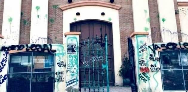 Pintadas proaborto en la fachada de una iglesia en Neuquén / RD,