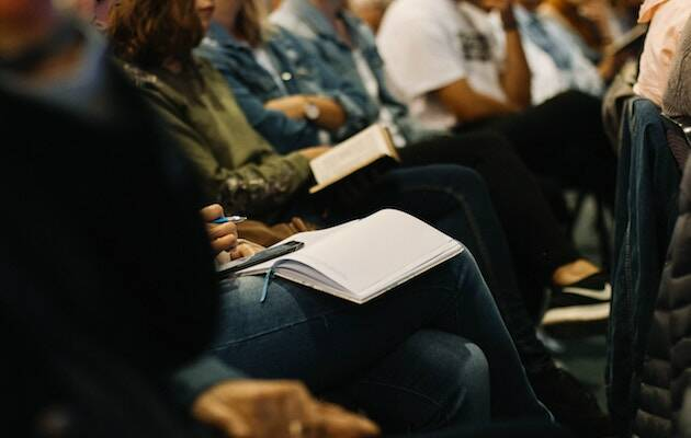 El 48% de los estadounidenses utiliza la Biblia al menos tres o cuatro veces al año. El 66% de la población asegura sentir curiosidad por sus enseñanzas. De ellos, muchos asisten semanalmente a la iglesia. / Nicole Honeywill, Unsplash CC,