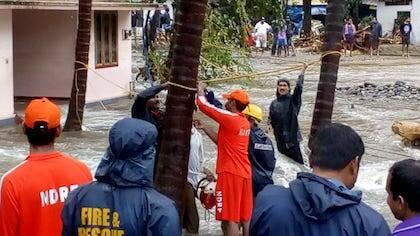 Operarios de las Fuerzas Nacionales de Respuesta a los Desastres trabajando este agosto. /  Facebook NRDF India