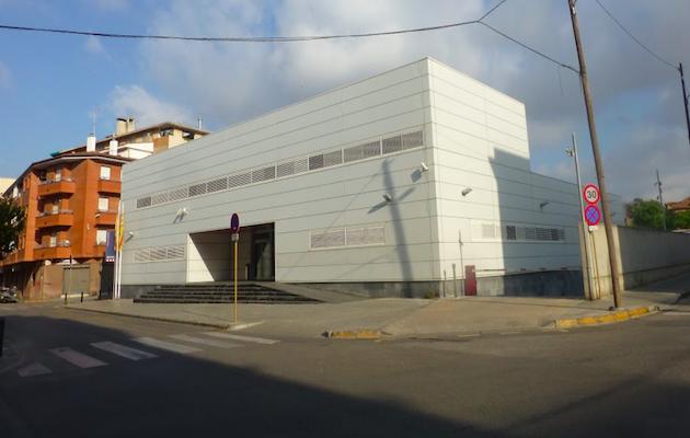 Exterior de la comisaría de los Mossos d'escuadra en Cornellà de Llobregat, donde se produjo el ataque este domingo. / Pako Valera, Google,