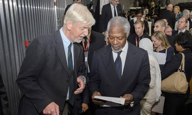 Albert Hengelaar presenta al ex secretario general de la ONU Kofi Annan the el informe sobre derechos humanos en Congo elaborado por la Alianza Evangélica Mundial./ WEA,