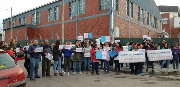 Manifestación de padres en apoyo al colegio AMEN, en Neuquén.,