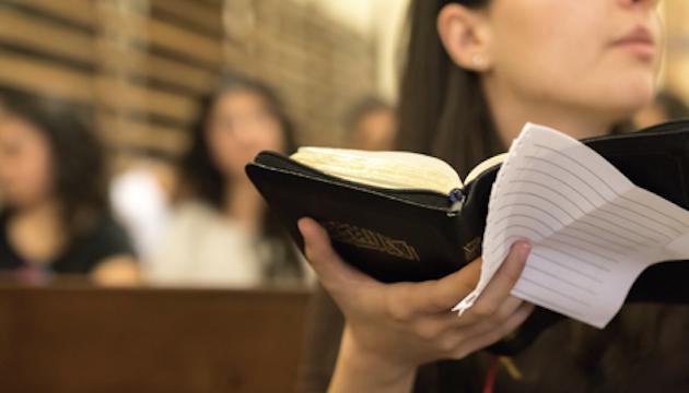 Jóvenes jordanos de confesiones tradicionales participan de un grupo de estudio bíblico  /Puertas Abiertas,