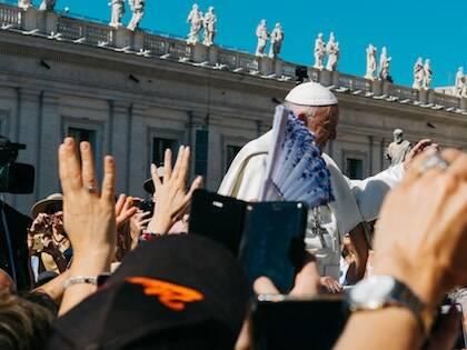 El Papa rodeado de personas durante una ceremonia. / Kai Pilger, Unsplash