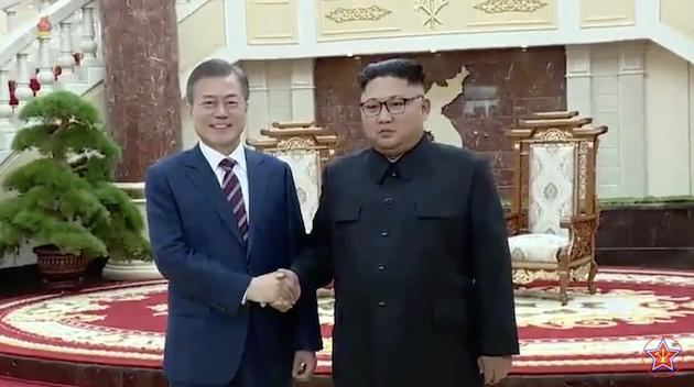 Moon y Un se saludan en la visita oficial del presidente de Corea del Sur a PyonYang. / ChosonTV, Youtube,