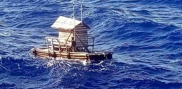En una embarcación rústica, el joven Aldi consiguió sobrevivir casi 50 días en alta mar. / Consulado de Indonesia,
