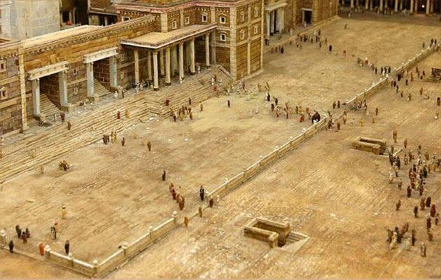 La espaciosa plaza (atrio) exterior frente a uno de los largos y altos pórticos del templo. ,
