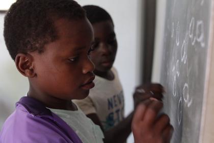 La clase de refuerzo escolar es una de las actividades donde los niños escriben, leen, suman y restan. / D. Rodríguez
