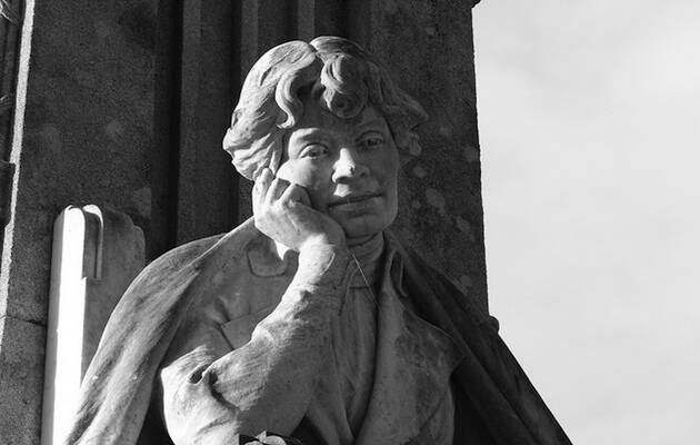 Monumento a Rosalía De Castro en Santiago de Compostela. / Contando Estrelas, Flickr CC,