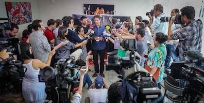 Fernando Haddad, del Partido de los Trabajadores, atendiendo a los medios en esta campaña. / Facebook F. Haddad