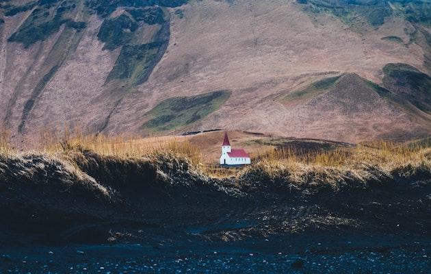 Una iglesia en Vik, Islandia. / Annie Spratt, Unsplash CC,