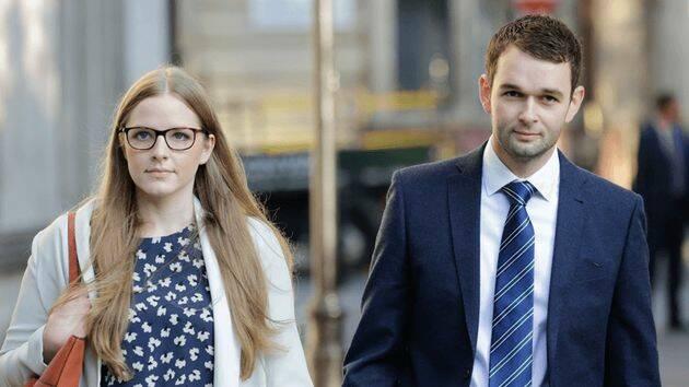 Los gerentes de Ashers, Daniel y Amy McArthur a la salida de la Corte Suprema. / The Christian Institute,