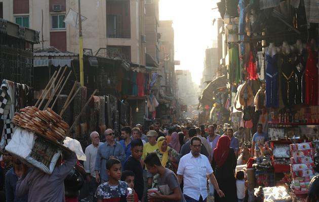 Calle concurrida dentro del Cairo histórico. / Pau Amat,