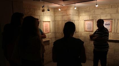 Visitando el museo de la Biblia de la Sociedad bíblica de Egipto. / Pau Amat