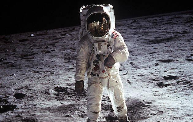 Neil Armstrong fue el primer hombre en pisar la luna.,