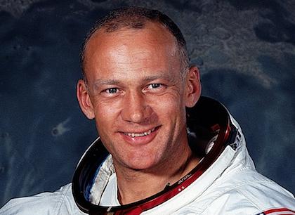 En el Apolo 11 llega a la luna, Buzz Aldrin, anciano de una iglesia presbiteriana.