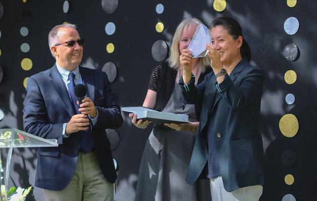 La pastora y misionera Kim recogiendo el reconocimiento por su labor estos 30 años.,