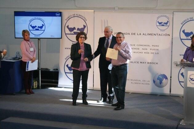 Francisco García, director del Banco de Alimentos de Madrid, entrega el diploma al pastor Antonio Amigo. / FB Iglesia Las Águilas,