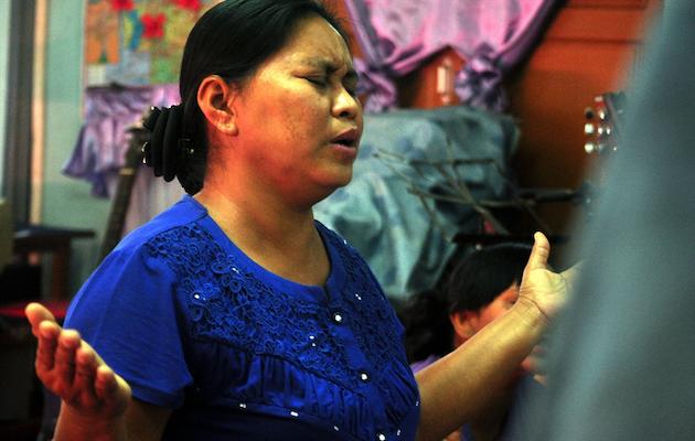 Mujer cristiana de la etnia bamar en una reunión de adoración. / Puertas Abiertas,